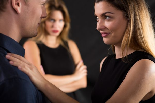 Что делать, если муж продолжает общаться с бывшей женой или девушкой?