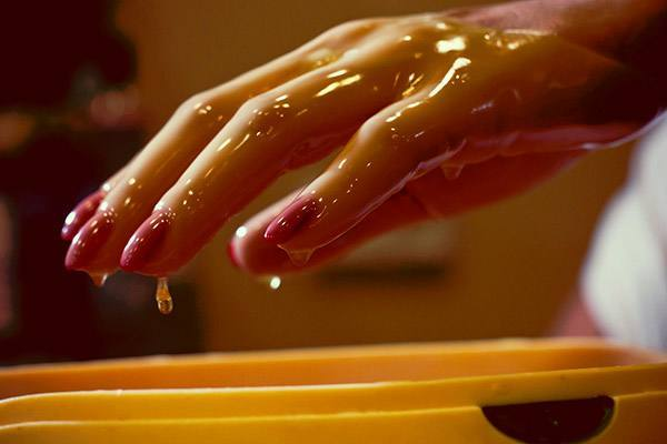Что такое парафинотерапия. Как защитить кожу рук в зимний период?