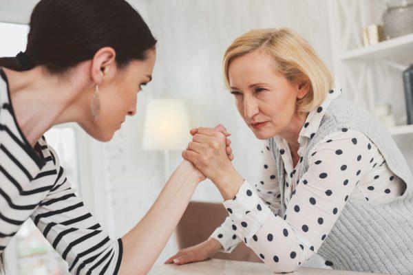 Развитие отношений со свекровью после развода: варианты поведения