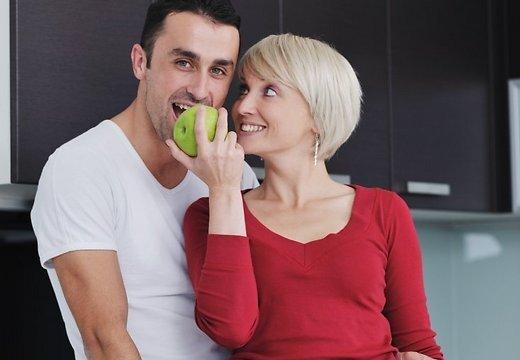 Мужчины выбирают более зрелых женщин себе в партнеры. Почему?