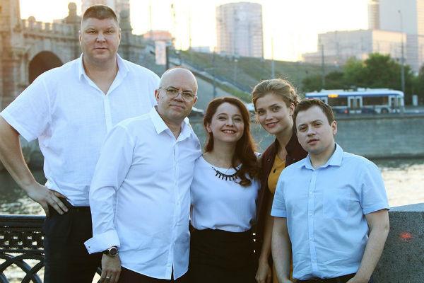 """Как выглядят настоящие семьи актеров сериала """"СашаТаня""""?"""