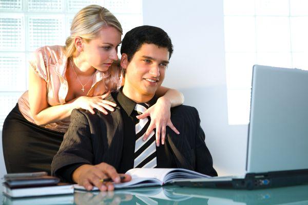 Флирт на работе: конец карьеры или способ завести серьезные отношения?