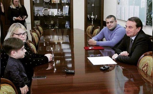 Российские знаменитости, которые подарили квартиру своим поклонникам