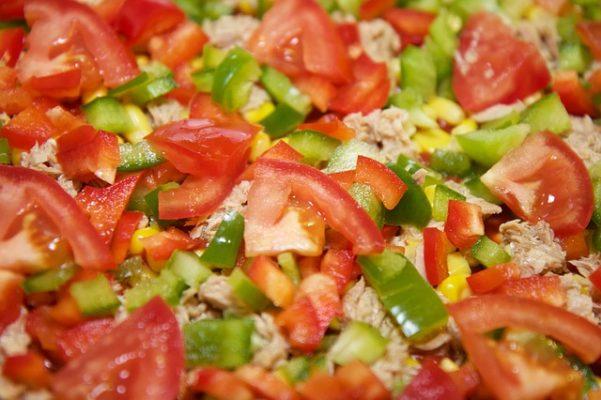 Простые и вкусные диетические рецепты салата с тунцом для худеющих