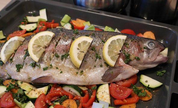 Как готовить диетические блюда из рыбы, простые низкокалорийные рецепты в духовке и на сковороде