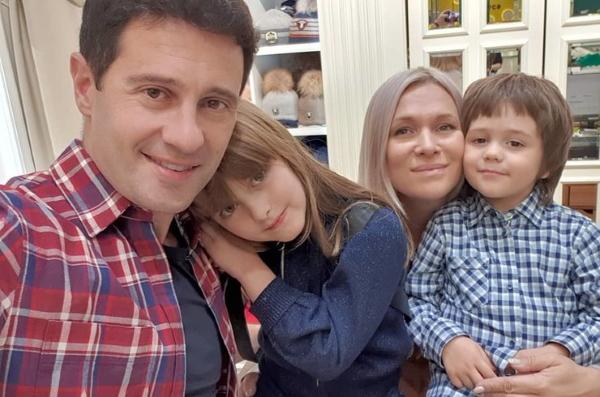 Жизнь Антона Макарского: от успеха в кино до счастливого брака